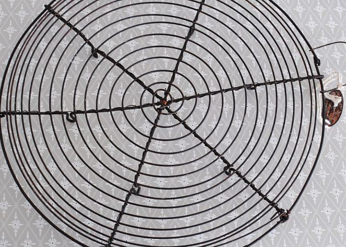 Mörkbrunt grytunderlägg i metall | Jeanne d Árc Living | Willekulla Lantlig Inredning | närbild