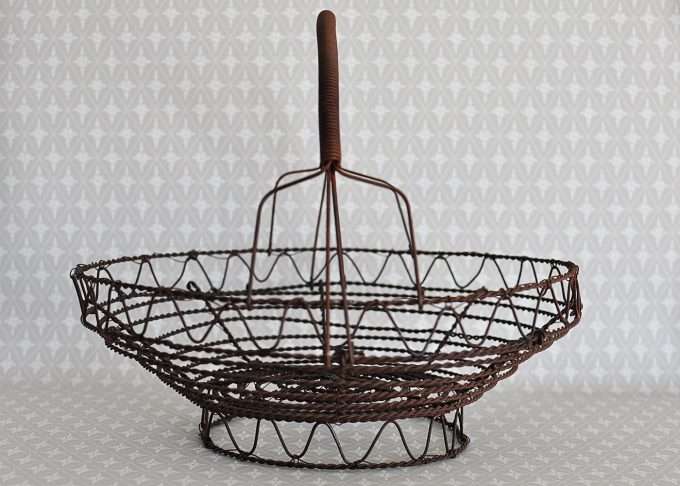 Liten rund brun trådkorg | Jeanne d Árc Living | Willekulla Lantlig Inredning | framsida