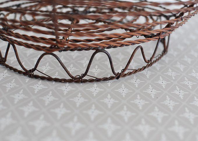 Mellanstor rund brun trådkorg | Jeanne d Árc Living | Willekulla Lantlig Inredning | nedre kant