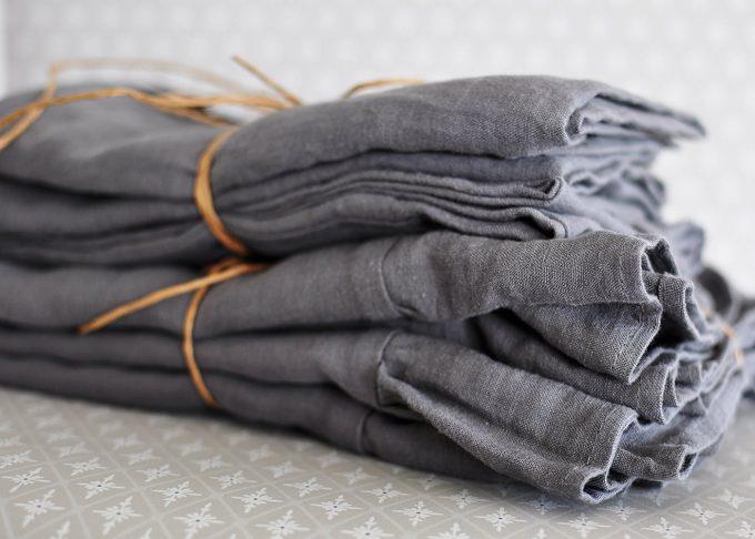 Grå linne kudde med knytband 50×50 cm | So Linen | Willekulla Lantlig Inredning | helhet