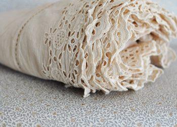 Stor duk med spets och hålsömnad | Jeanne d Árc Living | Willekulla Lantlig Inredning | sida