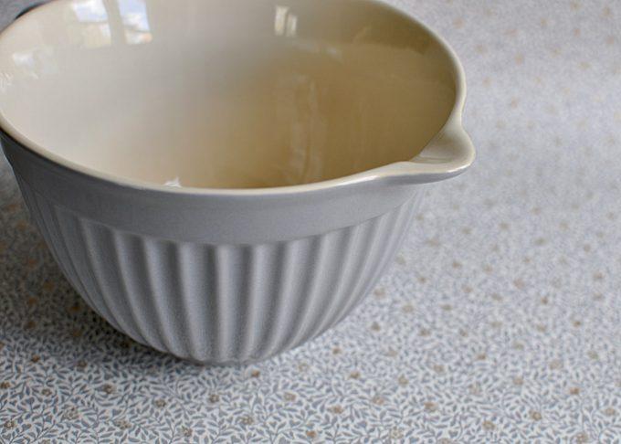 Medelstor grå vispskål med handtag   Ib Laursen   Willekulla Lantlig Inredning   närbild