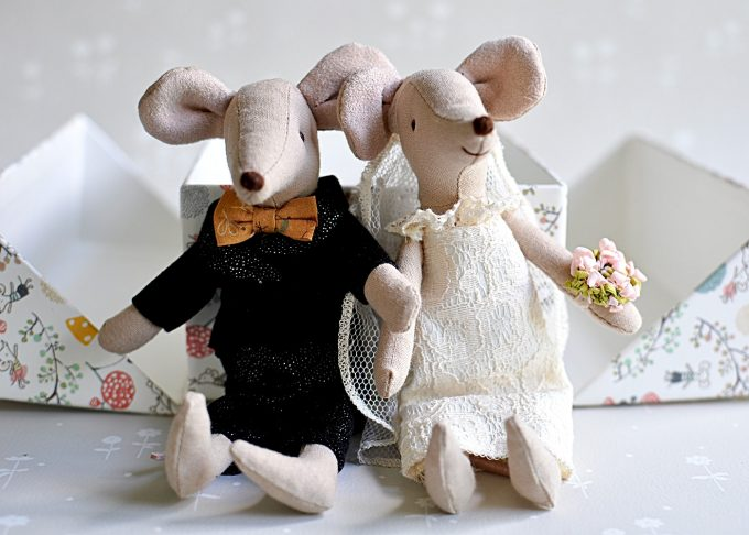 Bröllopspar möss i blommig ask | Maileg | Willekulla Lantlig Inredning | sittande