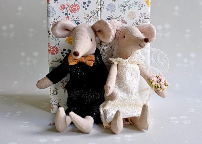 Bröllopspar möss i blommig ask | Maileg | Willekulla Lantlig Inredning | närbild