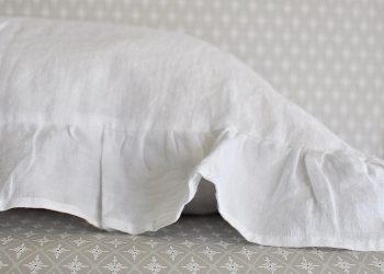 Vit kudde i linne med volang 40×60 | So Linen | Willekulla Lantlig Inredning | närbild