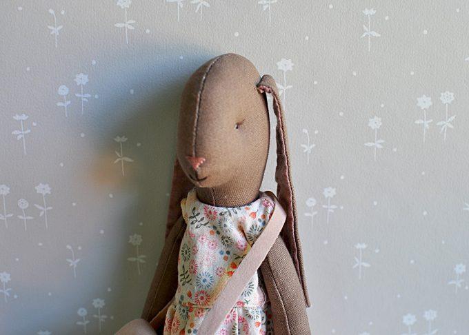 Jenny brun kanin flicka | Maileg | Willekulla Lantlig Inredning | närbild_1