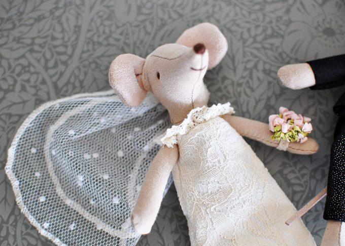 Bröllopspar möss i blommig ask   Maileg   Willekulla Lantlig Inredning   närbild