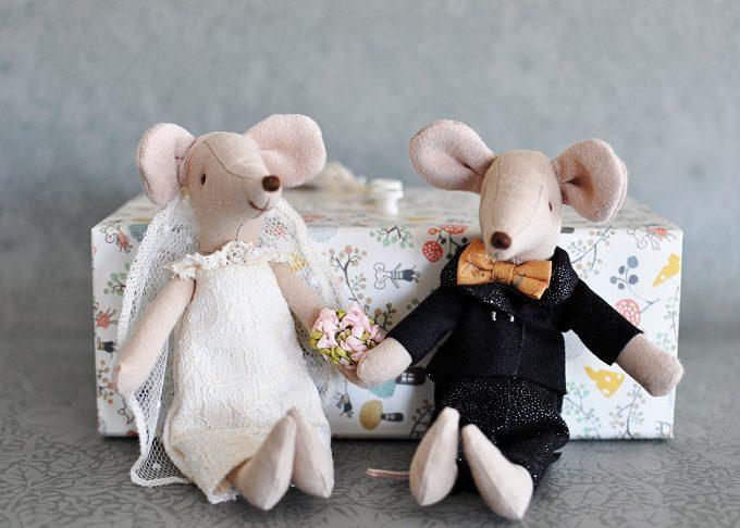 Bröllopspar möss i blommig ask   Maileg   Willekulla Lantlig Inredning   framifrån