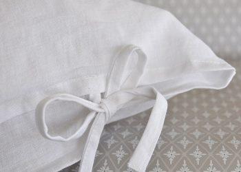 Vit linne kudde med knytband 50×70 cm | So Linen | Willekulla Lantlig Inredning | närbild