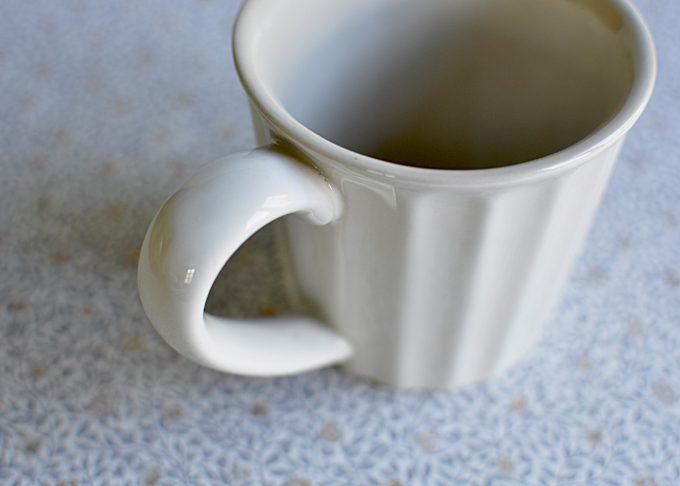 Cremefärgad kaffemugg i porslin   Ib Laursen   Willekulla Lantlig Inredning   närbild