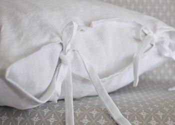 Vit linne kudde med knytband 50×50 cm | So Linen | Willekulla Lantlig Inredning | sida