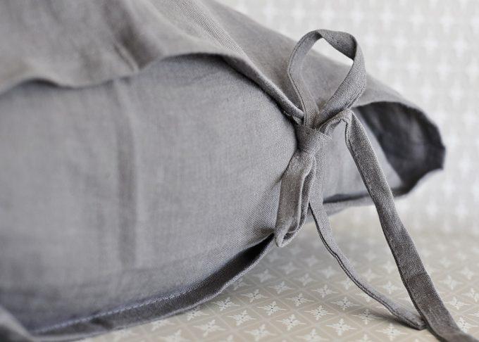 Grå linne kudde med knytband 50×50 cm | So Linen | Willekulla Lantlig Inredning | sida