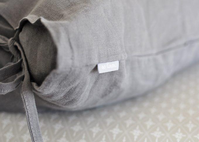 Grå linne kudde med knytband 50×50 cm | So Linen | Willekulla Lantlig Inredning | närbild
