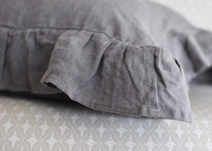 Grå kudde i linne med volang 40×60 cm | So Linen | Willekulla Lantlig Inredning | sida
