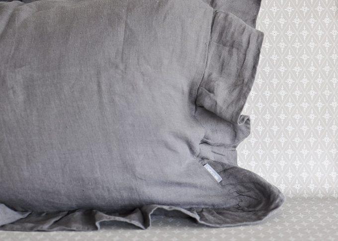 Grå kudde i linne med volang 40×60 cm | So Linen | Willekulla Lantlig Inredning | framsida