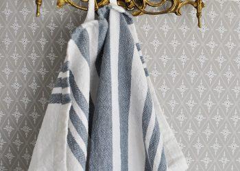 Randig vit och blå handduk | Soulosofie  | Willekulla Lantlig Inredning | hängande