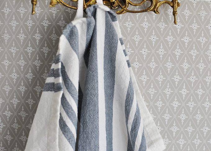 Randig vit och blå handduk   Soulosofie    Willekulla Lantlig Inredning   hängande