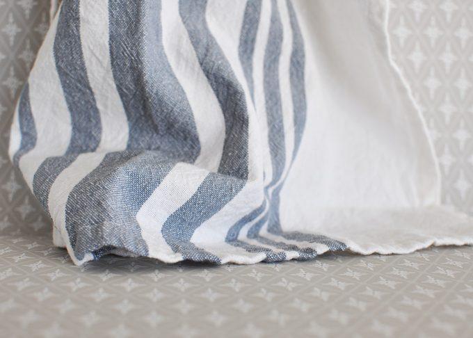 Randig vit och blå handduk   Soulosofie    Willekulla Lantlig Inredning   liggande