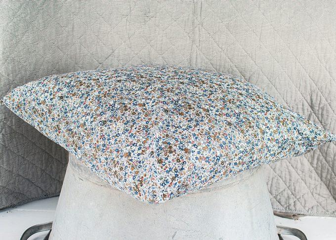Blommig kudde 60x60 cm   Ib Laursen   Willekulla Lantlig Inredning - framifrån