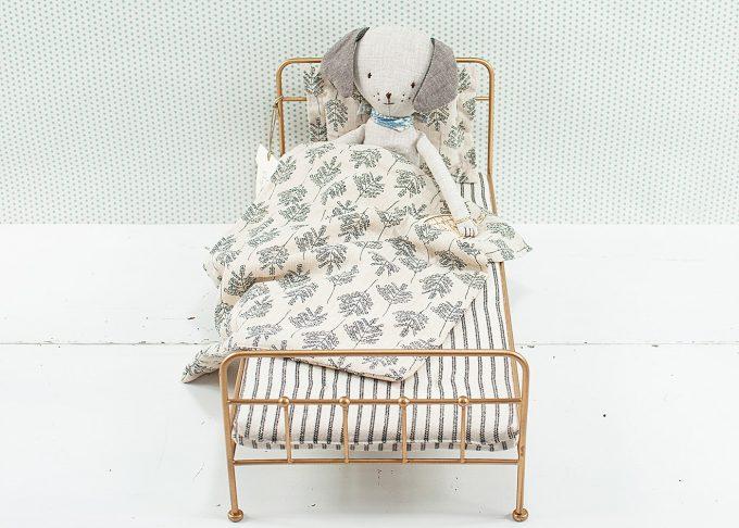 Guldfärgad säng för kaniner i metall | Maileg | Willekulla Lantlig Inredning - med kanin