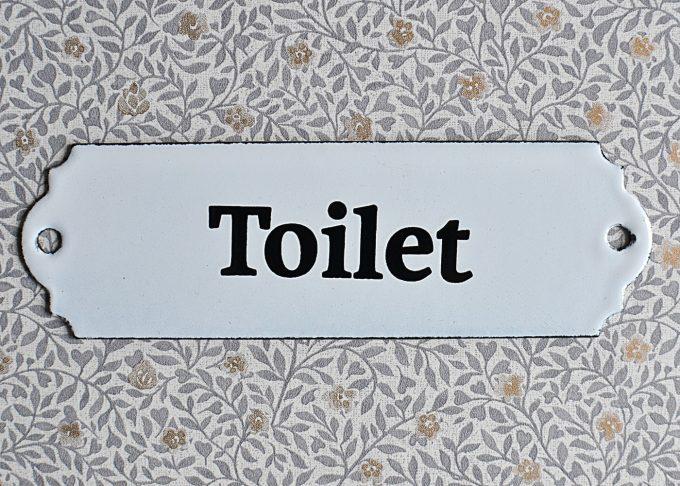 Vit toalettskylt i vintage stil | Ib Laursen | Willekulla Lantlig Inredning | närbild