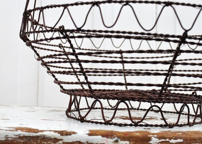 Large round brown wire basket | Jeanne d Árc Living | Willekulla Country Style - closeup