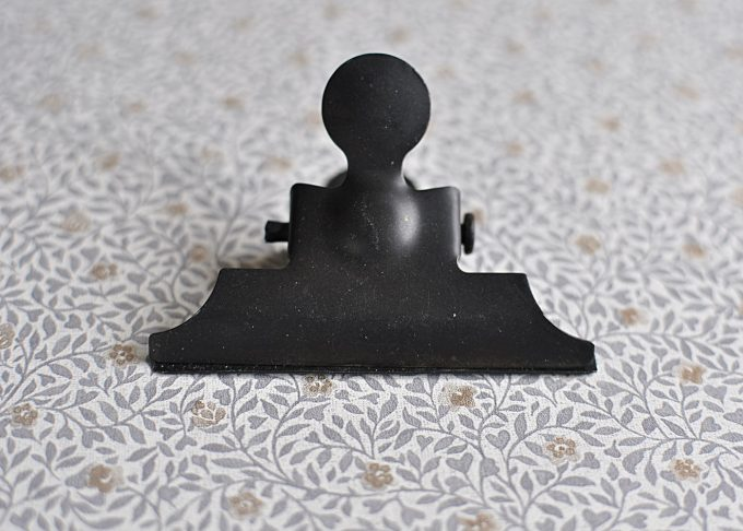 Svart klämma i metall | Ib Laursen | Willekulla Lantlig Inredning | framsida