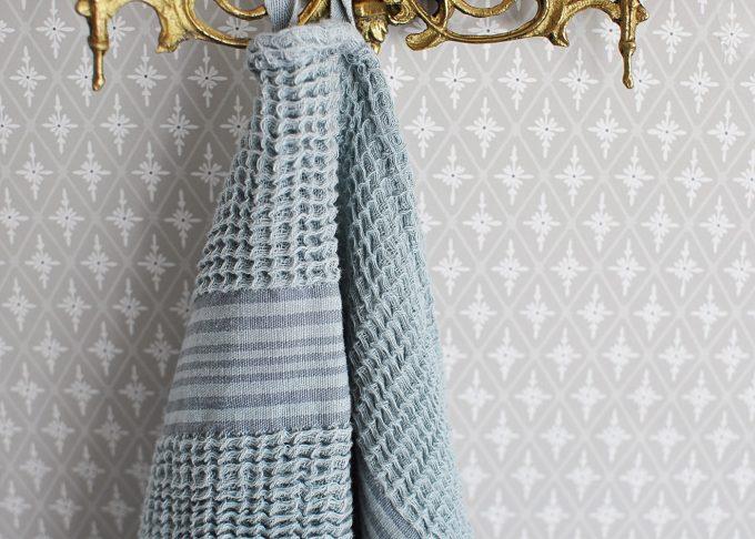 Randig vit och blå handduk | Soulosofie | Willekulla Lantlig Inredning | framsida