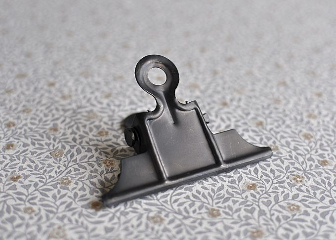Svart klämma i metall | Ib Laursen | Willekulla Lantlig Inredning | undersida